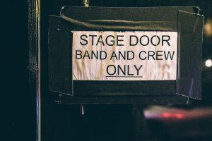 Buehneneingang Band und Crew