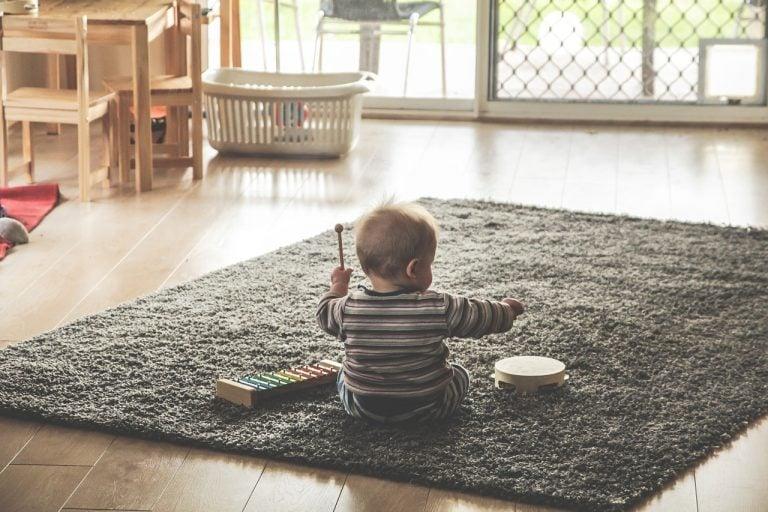 Kind spielt Instrumente